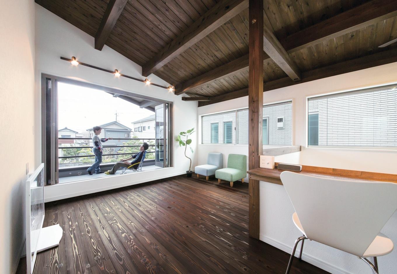 住たくeco工房【1000万円台、子育て、自然素材】浮づくりの杉の床が気持ちいい2階リビング。ご主人のたっての希望でフルオー プンサッシを採用し、家にいながらリゾートのように寛げる空間が実現した