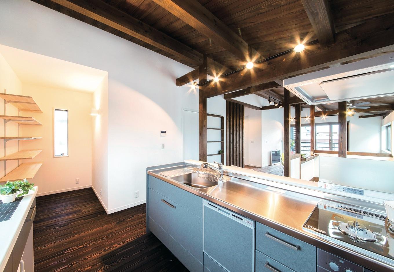 住たくeco工房【1000万円台、子育て、自然素材】フロア全体が見渡せるオープンキッチン。作業スペースが広く、パントリーへの移動もスムーズ