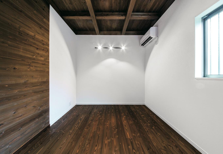 住たくeco工房【1000万円台、子育て、自然素材】ご主人がDVD鑑賞を楽しむ趣味部屋。北側でも壁が白いので暗さは気にならない
