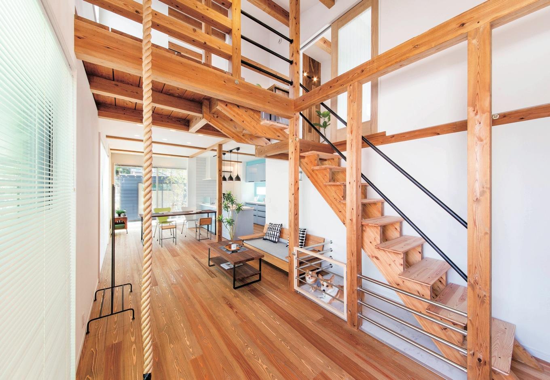 延床32坪とは思えないほどの大空間。家中のどこにいても声が聞こえるので家族の一体感がある。階段下は犬専用スペース。アスレチックロープも標準仕様!