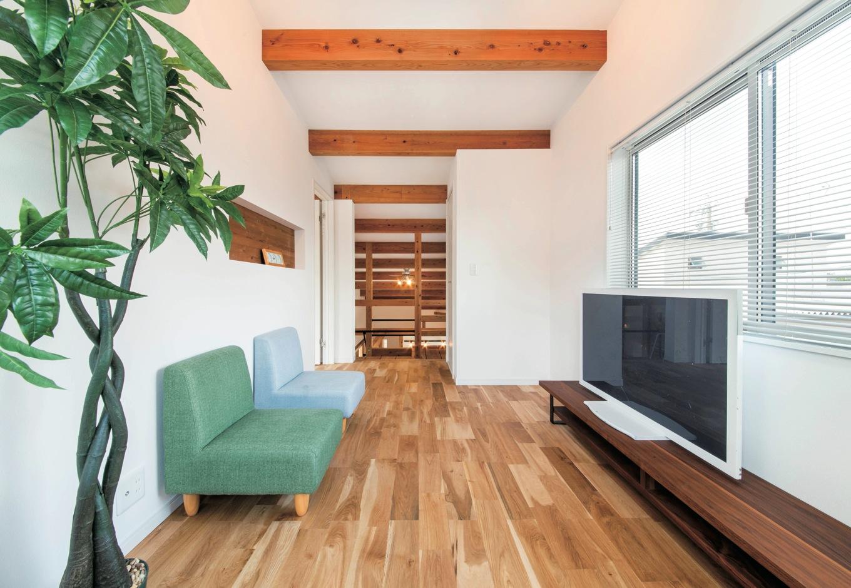 住たくeco工房【1000万円台、自然素材、平屋】1.5階のセカンドリビング。1階の床に天竜杉を使ったので、オーク材を採用して変化をつけた