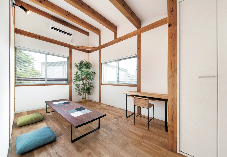 住たくeco工房【1000万円台、自然素材、平屋】1.5階にある将来の子ども部屋は柱と梁を現しにした真壁づくり。木の表情に癒される
