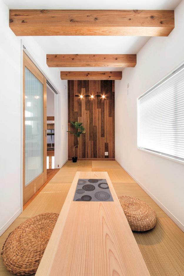 住たくeco工房【1000万円台、自然素材、平屋】スキップフロアに設けた和室。無垢の一枚板テーブルは磯部社長からのサプライズ