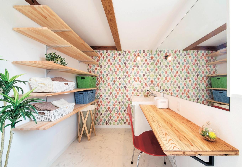 住たくeco工房【1000万円台、自然素材、平屋】1階の洗面脱衣所。木のカウンターはちょっとした作業もできる便利なスペース。かわいいクロスで楽しい雰囲気を演出
