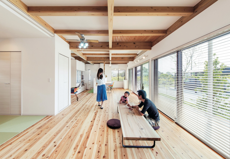 住たくeco工房【1000万円台、自然素材、間取り】親子でキャッチボールができるほど広いリビング。現しの天井に癒され、大きな窓から入る光と風も心地よい