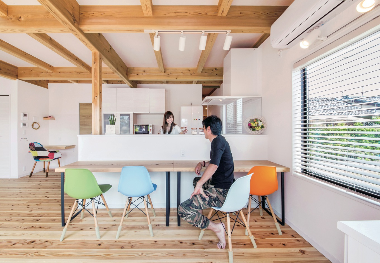住たくeco工房【1000万円台、自然素材、間取り】カフェスタイルのキッチン。手元を隠す壁とガラスの油よけは『住たくeco工房』の造作。 家事コーナーも隣接