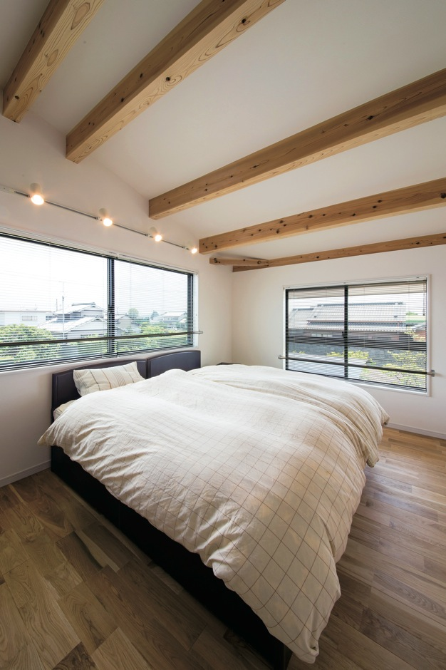 住たくeco工房【1000万円台、自然素材、間取り】ダー クブラウンの自然塗装で安らぎを演出した主寝室