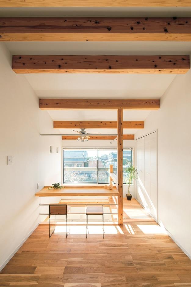 住たくeco工房【1000万円台、自然素材、間取り】ご主人がいちばん気に入っている2階ホール。吹抜けに面したカウ ンターで読書したり、キャットウォークから1階を眺める