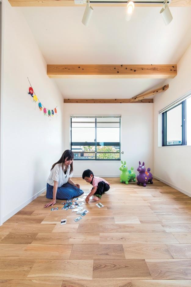 住たくeco工房【1000万円台、自然素材、間取り】2面採光で明るさと通風を確保した子ども部屋。床はキズがつきにくいクルミ