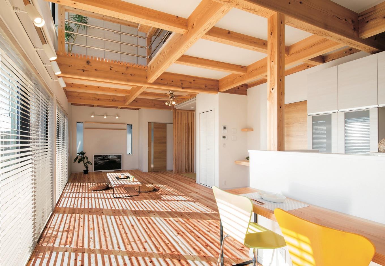 住たくeco工房【1000万円台、自然素材、間取り】キッチンから吹抜けを通して2階の気配がわかる。無垢の床の経年変化も楽しみ