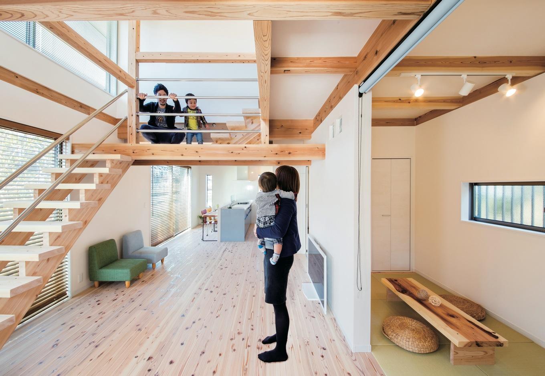 住たくeco工房【1000万円台、自然素材、間取り】家族のつながり、外と中のつながりを感じるLDKは開放感抜群。圧迫感が出ないよう、キッチンの配置に気を配った