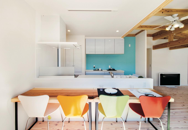 住たくeco工房【1000万円台、自然素材、間取り】奥さまの大好きなブルーを差し色に使ったオープンキッチン。カウンターは慌ただしい朝食時や、ママ友とおうちカフェを楽しむときに大活躍