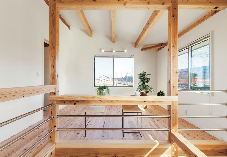 住たくeco工房【1000万円台、自然素材、間取り】吹抜けに面して設けたフリースペースは、家族構成やライフスタイルの変化に応じて多目的に活用できる。ご主人のPCカウンターも造作し、1階と会話できる