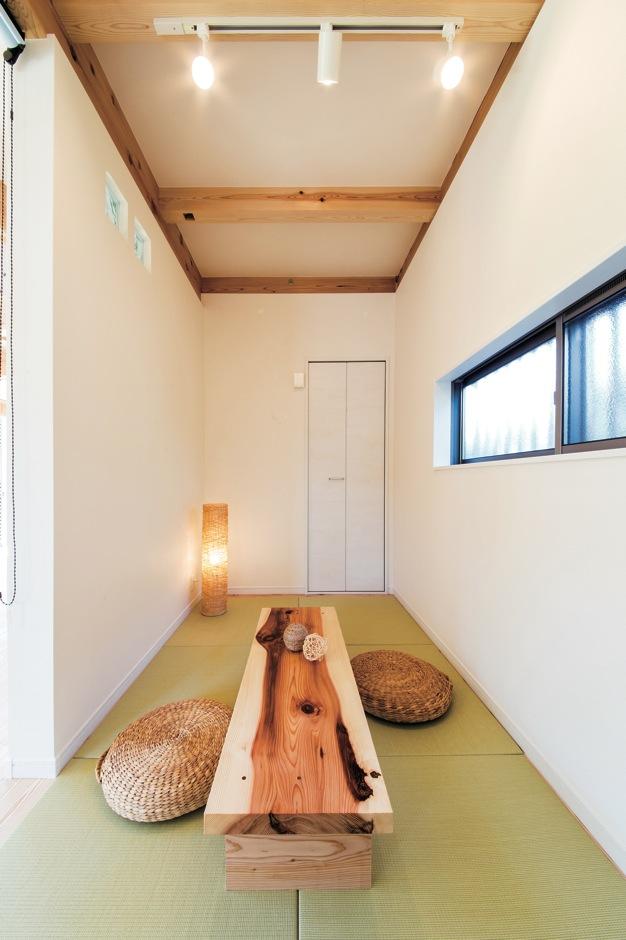 住たくeco工房【1000万円台、自然素材、間取り】リビングに隣接した畳コーナー。ロールスクリーンで間仕切りもでき、独立した和室として活用できる
