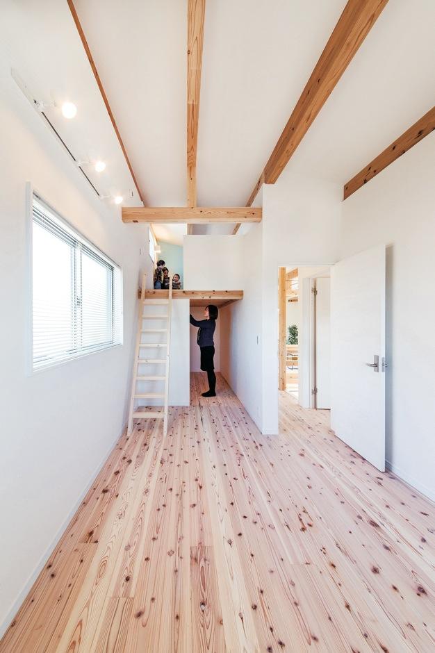 住たくeco工房【1000万円台、自然素材、間取り】ご主人の仮眠スペース。ウォークインクローゼット上部のロフトに趣味部屋を作った