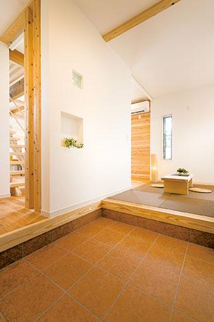 住たくeco工房【1000万円台、自然素材、間取り】なんとなく懐かしい、土間続きの玄関。向かって右側の畳コーナーに座って、ご近所さんとお喋りすることもできる