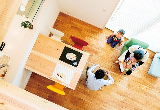 住たくeco工房【1000万円台、自然素材、間取り】実際の面積以上に広く感じるのは、この吹抜けの効果も大きい。キッチンに立つ奥さまの目線もタテ、ヨコに伸びて開放感を満喫できる