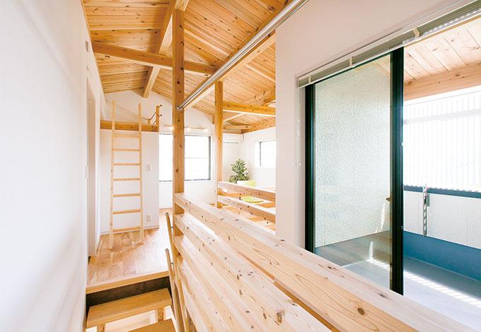 住たくeco工房【1000万円台、自然素材、間取り】ご主人がどうしても欲しかった「男の隠れ家」をキッチンの横に配置。老後、階段の昇降が辛くなったら、2階の浴室をここに移動させる構想もある