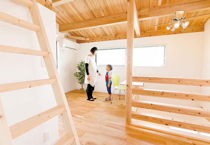住たくeco工房【1000万円台、自然素材、間取り】多目的に使えるファミリースペースは、明るくて気持ちいい空間。将来的に間仕切りも可能。クローゼットとロフトも付いている