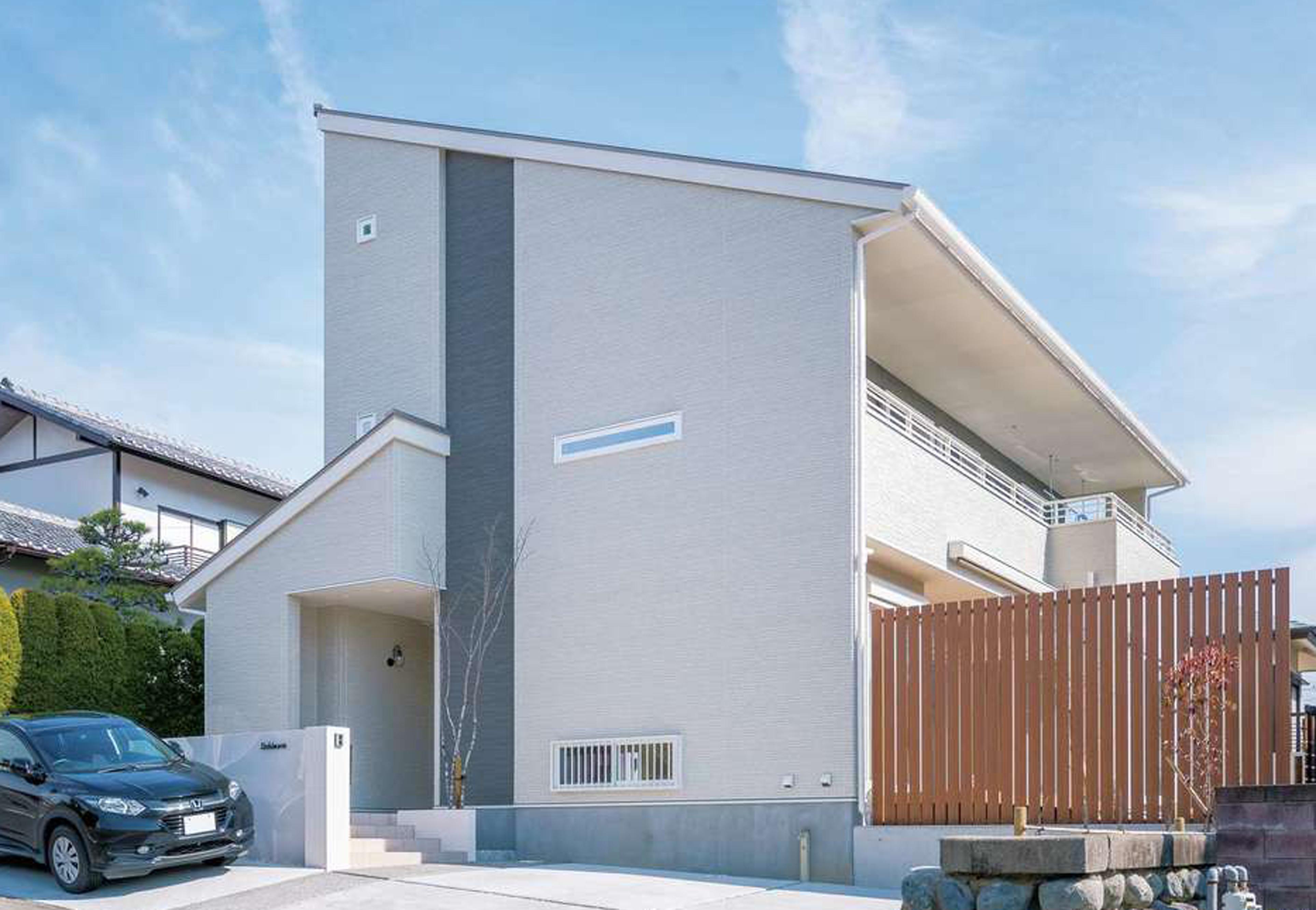四季彩ひだまり工房 高田工務店【デザイン住宅、子育て、間取り】南面のひな壇立地に建つY邸。木のフェンスで庭とデッキを目隠しした