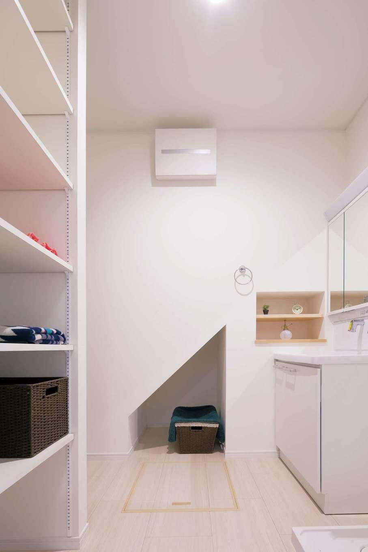 四季彩ひだまり工房 高田工務店【子育て、収納力、趣味】洗面ルームには階段下収納、ニッチ、さらに衣類用の造作棚まで用意