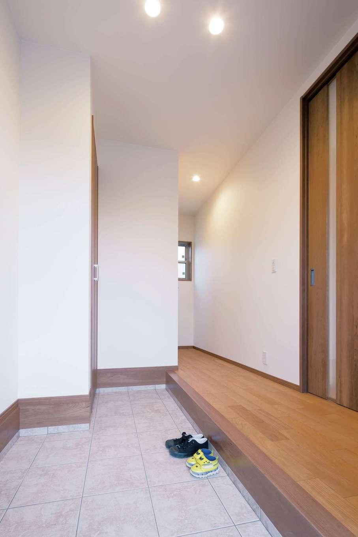 四季彩ひだまり工房 高田工務店【子育て、収納力、趣味】玄関ホールはゆとりある広さ。靴やコート類の収納スペースも豊富