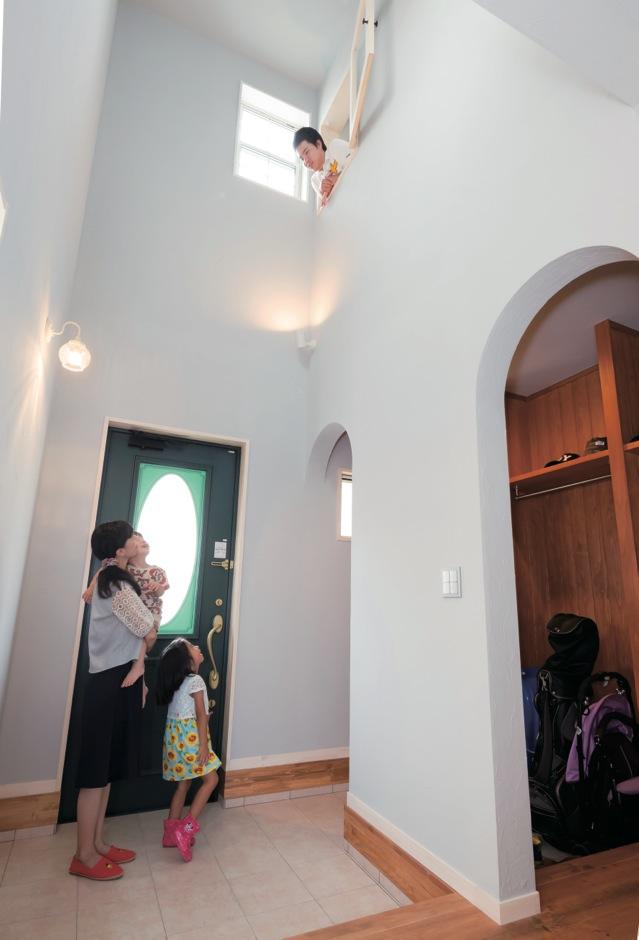 光に満ちあふれた吹抜けの玄関ホール。「行ってきまーす」とMちゃんが声をかけると、主寝室の窓からパパがニッコリと顔を覗かせた