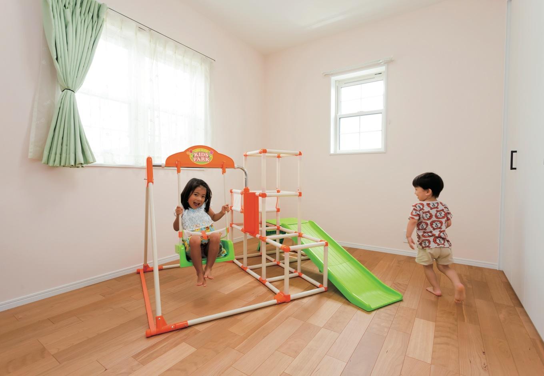 姉弟の子ども部屋があるのは、アーチの垂れ壁をくぐった長い廊下のある2階。住まいの経年変化とともに刻む、子どもたちの成長が楽しみだ
