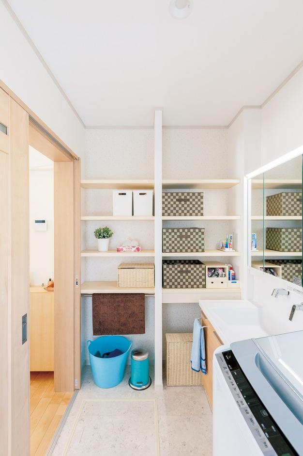 四季彩ひだまり工房 高田工務店【収納力、自然素材、間取り】洗面室収納。 棚板を取り付けただけでこんなにすっきり