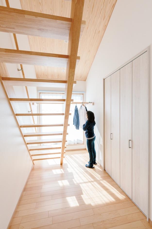 四季彩ひだまり工房 高田工務店【収納力、自然素材、間取り】開放感のあるホール。室内干し用のスペースとしても活躍