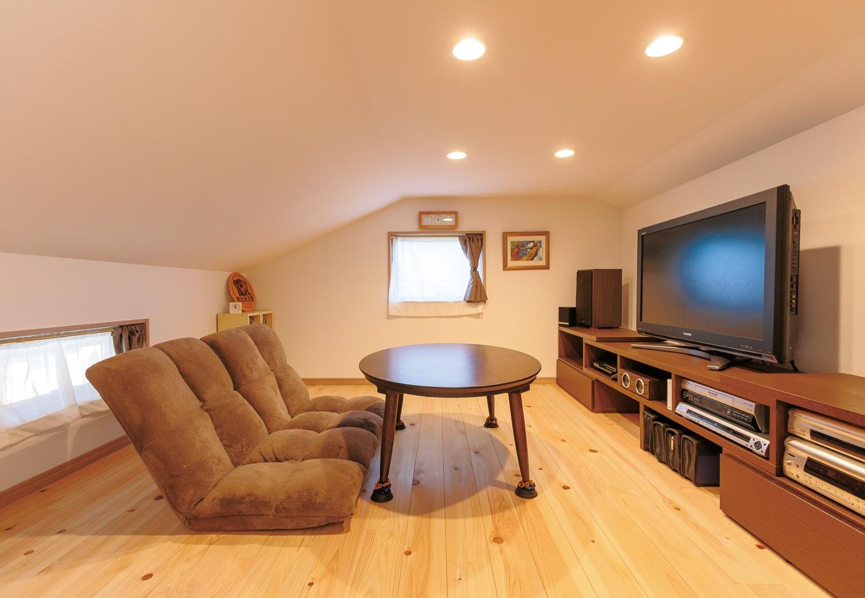 四季彩ひだまり工房 高田工務店【収納力、自然素材、間取り】ロフトの一角に設けたご主人の書斎は床をヒノキにするなどこだわりも。おこもり感たっぷり