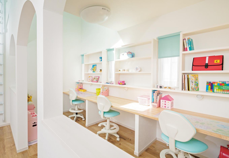 四季彩ひだまり工房 高田工務店【デザイン住宅、子育て、収納力】ジオラマのセットのようなかわいい子ども部屋。机と本棚は造作。カーテンと椅子の色も統一した