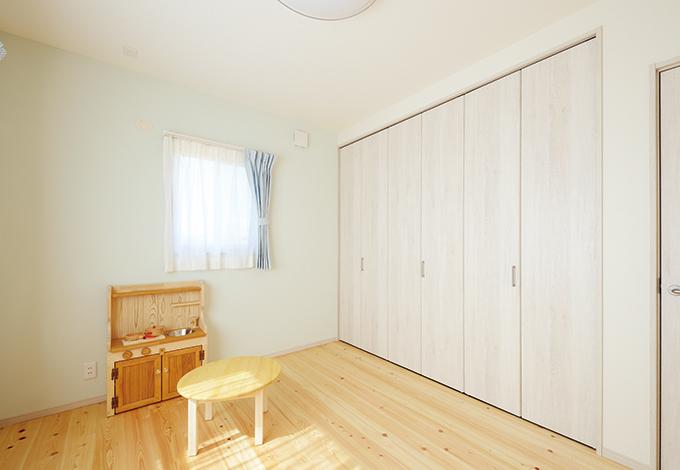 四季彩ひだまり工房 高田工務店【子育て、収納力、趣味】子ども部屋と寝室の一面だけ色付きの塗り壁を採用し、他の部屋と変化を付けた