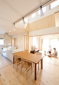 吹抜けが二世帯を緩やかに繋ぐ ほどよい距離感の自然派住宅