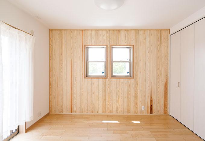 四季彩ひだまり工房 高田工務店【自然素材、省エネ、間取り】杉板張りの両親の部屋。体に優しいのはもちろん、杉板は肌触りがよくずっと居たくなる気持ちよさ。木目も鮮やかで表情豊かな空間になった