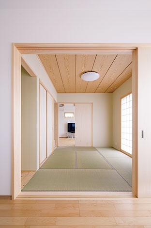 四季彩ひだまり工房 高田工務店【自然素材、省エネ、間取り】玄関からLDK、和室、そして両親の部屋へと回遊できる間取りは、常に家族の一体感を感じられる。掃除も効率よくできるので、忙しい奥さまも大助かり