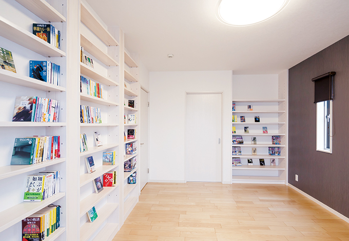 四季彩ひだまり工房 高田工務店【子育て、収納力、二世帯住宅】図書館やブックストアの書架を思わせる造作の本棚。天井まで届く大容量サイズにご主人は大満足。作家別に本を並べていくのを楽しみにしている