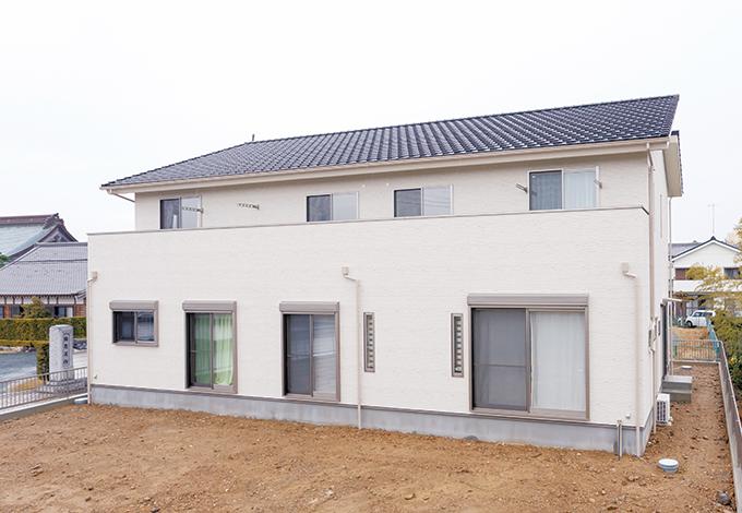 四季彩ひだまり工房 高田工務店【子育て、収納力、二世帯住宅】何年経っても飽きのこないシンプルなデザインの外観。屋根はいつでもソーラーパネルを搭載できる形状に