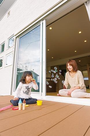四季彩ひだまり工房 高田工務店【デザイン住宅、子育て、自然素材】リビング前に設けたウッドデッキは子どもの遊び場に最適。庭に出てちょこっと休憩するベンチ替わりにも