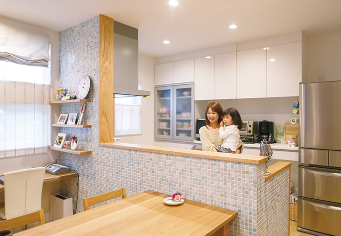 四季彩ひだまり工房 高田工務店【デザイン住宅、子育て、自然素材】収納はキッチン背面にまとめ、色も白で統一。吊り戸棚 の一部を昇降式にしたため使いやすさ◎