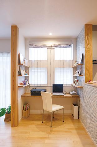 四季彩ひだまり工房 高田工務店【デザイン住宅、子育て、自然素材】両側に棚板を取り付けたのは社長のアイデア。家族写真やかわいい小物がセンスよく並んでいる