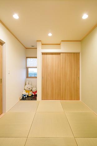 四季彩ひだまり工房 高田工務店【デザイン住宅、子育て、自然素材】リビングと続き間の和室。床の間の御影石がアクセントに