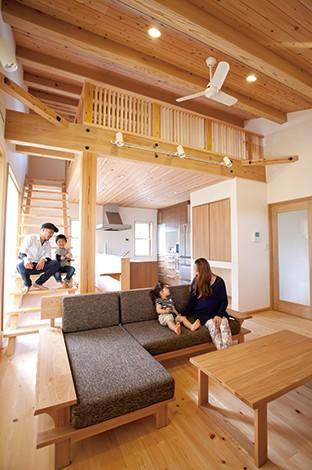 四季彩ひだまり工房 高田工務店【子育て、二世帯住宅、自然素材】南に面した2階LDKは、ログハウスを思わせる開放的なデザイン。天竜材をたっぷり使った天井と床が印象的