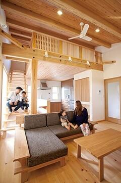 二世帯を温かく繋げる無垢の木を主役にした家