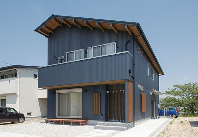 四季彩ひだまり工房 高田工務店【子育て、二世帯住宅、自然素材】外壁の色、素材を求めて多くの住宅を見比べた。「業者探しから始めてもらい、イメージ通りに仕上がりました」とご主人