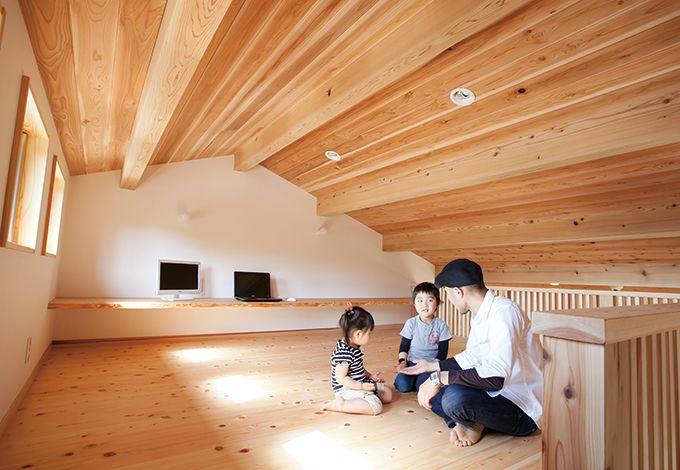 四季彩ひだまり工房 高田工務店【子育て、二世帯住宅、自然素材】2階LDKから繋がるロフトは、天井のスギ板が迫力満点。子どもの秘密基地にもなっている