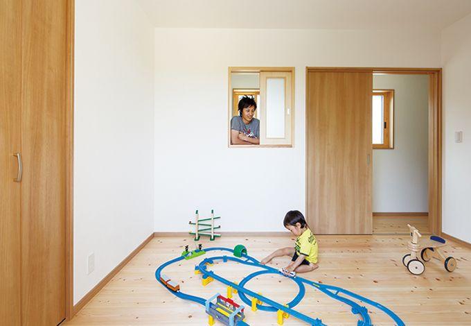 四季彩ひだまり工房 高田工務店【子育て、自然素材、間取り】2階の子ども室は居心地抜群。通気を考慮した廊下側の小窓もポイント