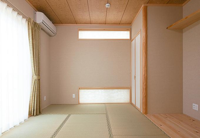 四季彩ひだまり工房 高田工務店【デザイン住宅、自然素材、ガレージ】将来的に親と同居することも考えて設けた和室。床の間はヒノキ、独特な形 状の神棚はご主人の要望通りに職人が造作した