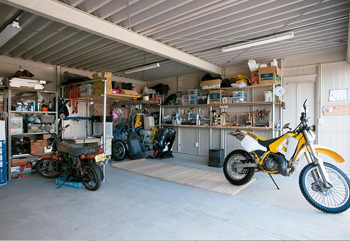 四季彩ひだまり工房 高田工務店【デザイン住宅、自然素材、ガレージ】ピット付きの大きなガレージはご主人の隠れ家。ここで車やバイクを好きなだけいじるのが楽しみ!
