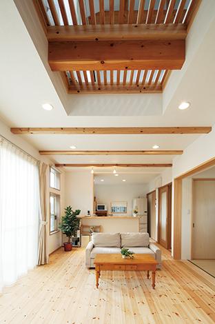 四季彩ひだまり工房 高田工務店【デザイン住宅、趣味、自然素材】天井の一部をスノコにしたことで、2階からたっぷり陽射しが降り注ぐ